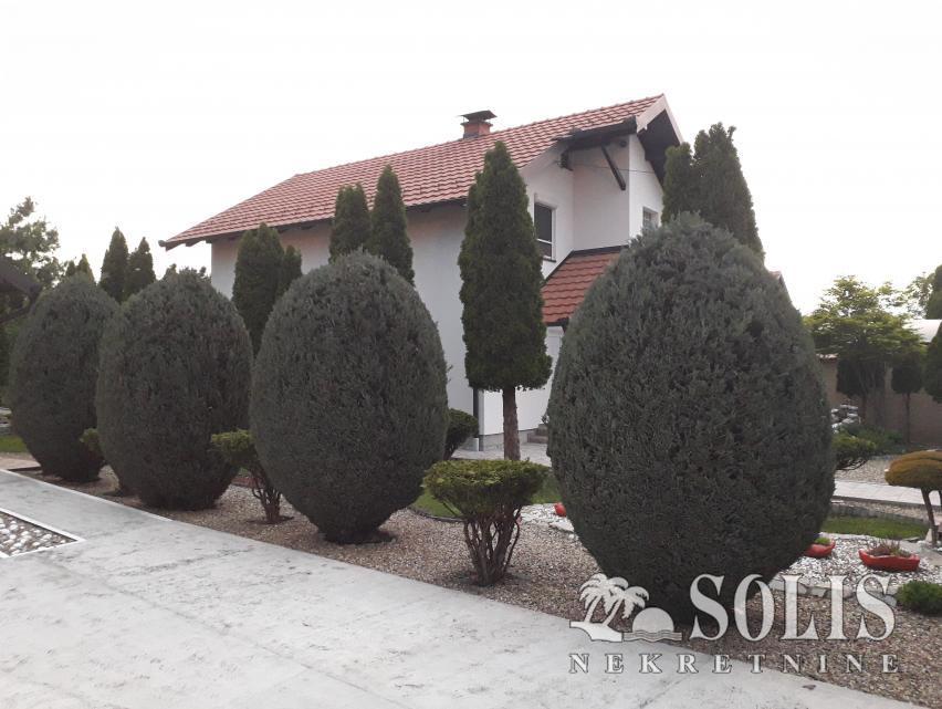 Sređena kuća sa dvorištem